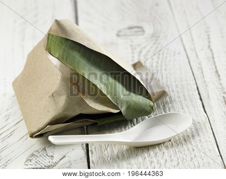 nasi pack into triangle shape