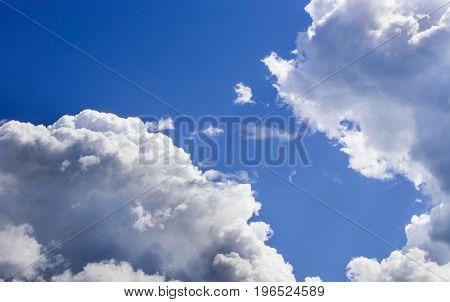 a big and fluffy cumulonimbus cloud in the blue sky.