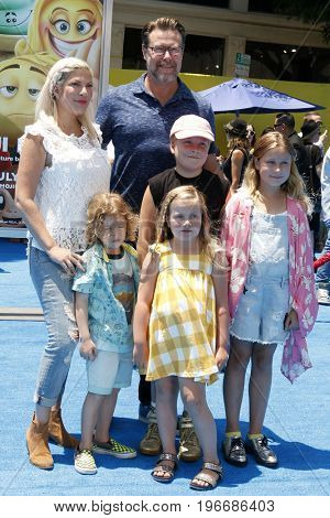 LOS ANGELES - JUL 23:  Tori Spelling, Dean McDermott, Children at