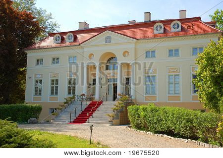 Classicist palace in Samotwor