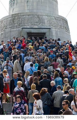 BERLIN - MAY 09, 2015: Many visitors to lay flowers at the monument to the Liberator Soldier.