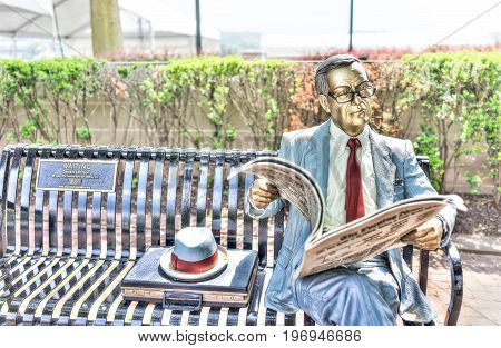 Harrisburg, Usa - May 24, 2017: Seward Johnson Statue On Bench Reading Newspaper In Pennsylvania Cit