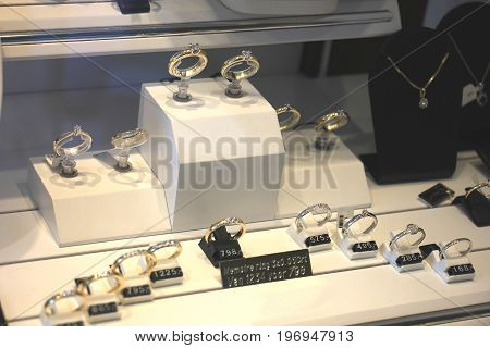 Diamond engagement rings in a shop window (text on label: price and product information in Dutch)
