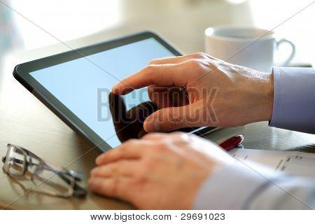 Kaufmann Finger auf den Bildschirm des Tablet PCs