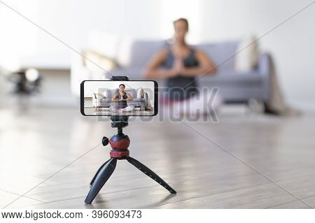 Yoga Online To Live Streaming On A Smartphone - Fitness Trainer Teaches Exercise So That The Audienc
