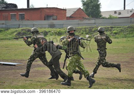Jurga, Siberia, Russia - June 6,2011:russian Special Forces Soldiers Work Out The Release Of A Hosta