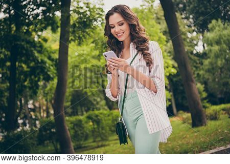 Photo Portrait Side Profile Of Young Student With Curly Hair Walking In Green Spring Park Browsing I
