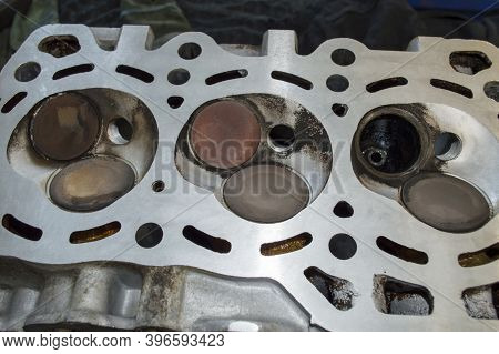 Inverted Internal Combustion Engine Block Head Without One Valve