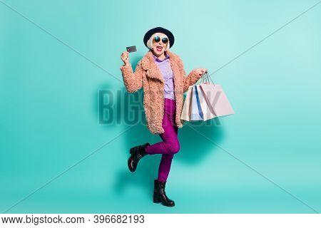 Photo Of Shopaholic Senior Lady Wear Retro Jacket Headwear Eyeglasses Holding Bargains Credit Card I