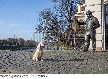 Uzhhorod, Ukraine - November 22, 2020: Monument Of The Famous Artist Ignatiy Roshkovych In Uzhhorod,