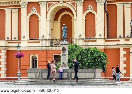 Klaipeda, Lithuania - July 10, 2020: Tourists At The Memorial Of Simon Dach And Taravos Anike (annch