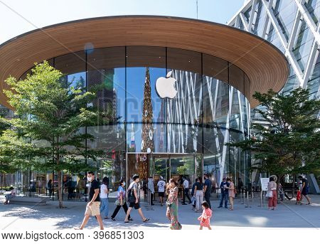 Bangkok Thailand - Nov 14 2020: Apple's Customer Are Waiting In Line To Visit The 2nd Flagship Apple