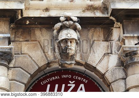 Dubrovnik, Croatia - September 8, 2016: This Is A Sculptural Head Of A Warrior Adorning An Arched Pa