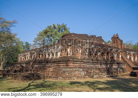 Ruins Of The Ancient Buddhist Temple Wat Chang Rob In The Historical Park Of Kampaeng Phet City. Tha