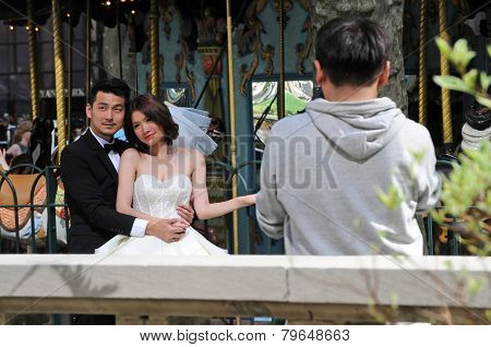 Asian couple poses for photos in New York City