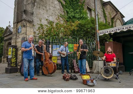 Street musicians entertain passers-by with Jazz on a Sunday afternoon