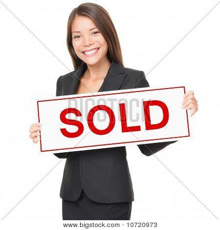 Makelaar / Agent van onroerende goederen vrouw verkocht teken op witte achtergrond