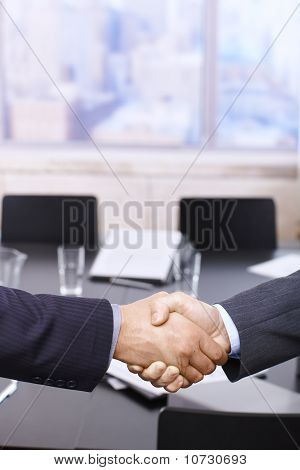 Geschäftsleute Handshake über Tisch