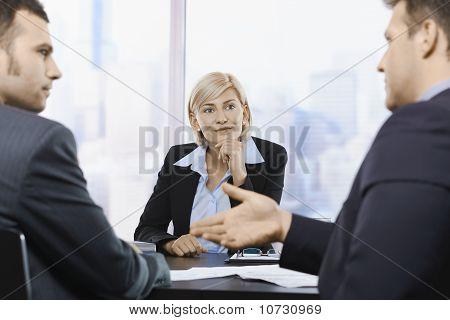 Empresaria concentrando en reunión