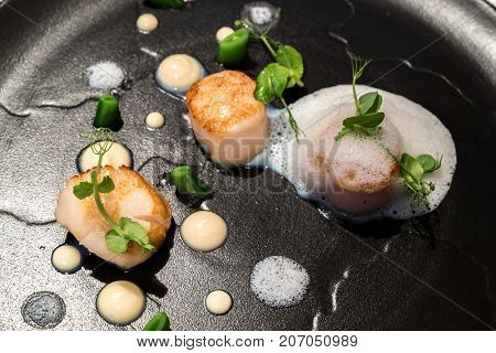 Grilled scallops with truffle ans culiflower sauce