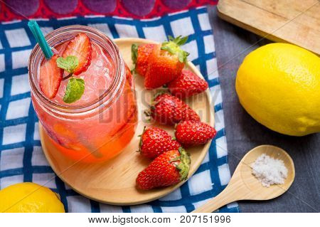 Strawberry juice and lemon soda juice mixed with soda. Add flavor Improve the health of the body can do at home. Juice on empty days Or party