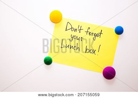 Fridge note with the text: Don't forget your lunchbox!