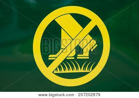 Prohibiting yellow-green rectangular sign on the lawn does not walk