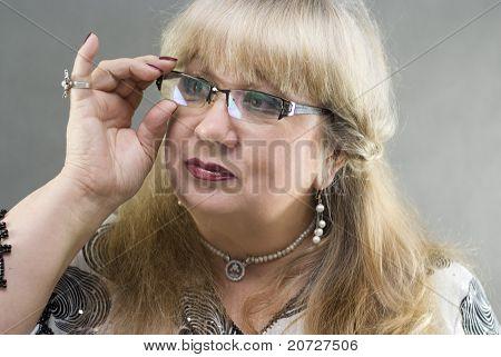 Porträt von einer schönen mittleren Alter Frauen
