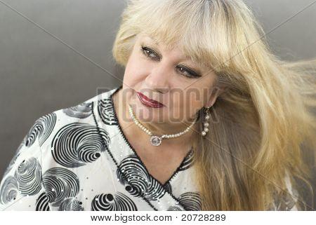 Porträt von einer schönen mittleren gealterten Frauen