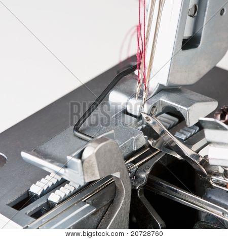 Agujas con hilo en la máquina de pespunte