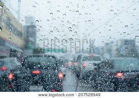 Traffic in the rainy season, traffic congestion.