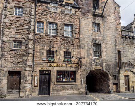 EDINBURGH, SCOTLAND - JULY 28: The Tolbooth Tavern on the Royal Mile on July 28, 2017 in Edinburgh, Scotland. The Royal Mile has many historic pubs.