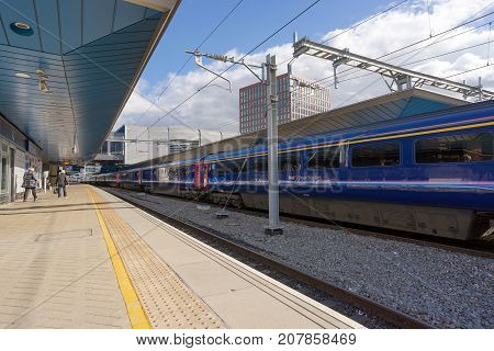 Reading, UK. 8th October 2017. Newly installed overhead live wires are now in place on the great western mainline at Reading. Soon, new class 800 Intercity express electric trains will operate.