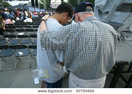 NUEVA YORK - 25 de junio: Un consejero religioso (R) ora con un joven que asisten el mayor nuevo