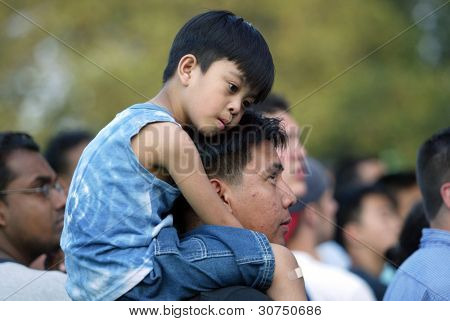 NUEVA YORK - 25 de junio: Un niño se sienta sobre los hombros de su padre como asisten el mayor proyecto de ley de Nueva York