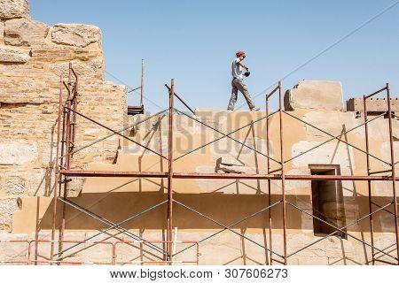 Luxor Egypt 23.05.2018 Archaeologist Working Restoring Anscient Temple Of Karnak In Luxor - Archolog