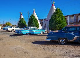 Wingwam Motel And Vintage Cars In Holbrook Arizona On Route 66 - November 3, 2018