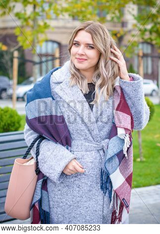 Cute Simple Woman With Blonde Hair Of Size Plus Size Walks Through The Shopping Looks In Showcases C