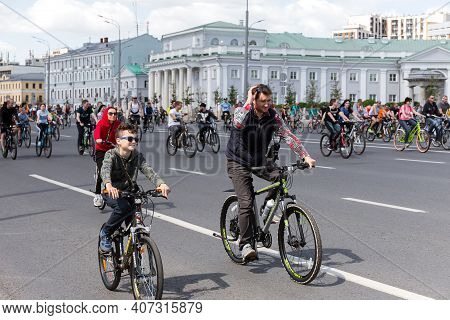 Moscow, Russia, May 19, 2019: A Large Number Of Cyclists Take Part In A Race On The Streets Of Mosco