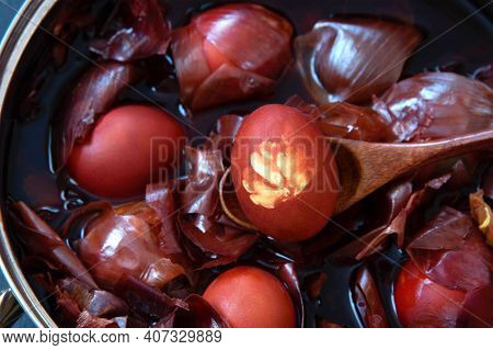 Naturally Colored Easter Eggs With Onion Skin. Non-toxic Coloring Of Easter Eggs.