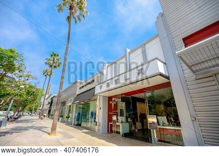 Los Angeles, California, United States Of America - August 21, 2018: Storefront Of Tesla Store In Sa
