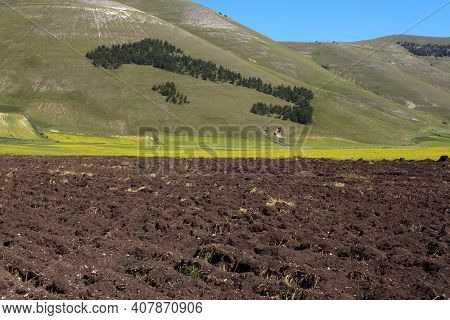 Norcia (pg), Italy - May 25, 2015: The Italy Silhuette Composed With Trees Near Castelluccio Di Norc