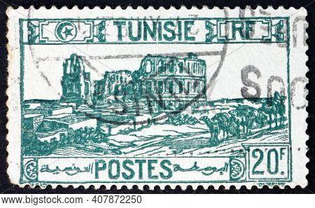 Tunisia - Circa 1945: A Stamp Printed In Tunisia Shows Roman Amphitheater, El Djem (thysdrus, Roman