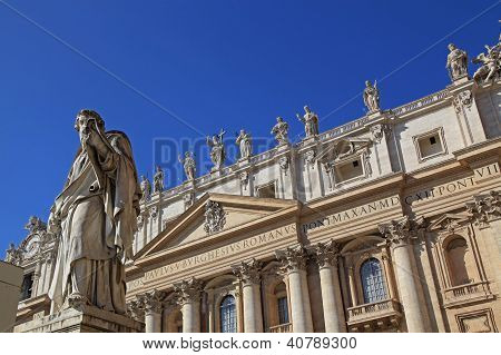 St. Peter's Basilica, statues of saints