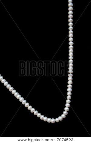 Perlas de color blanco en la seda negra