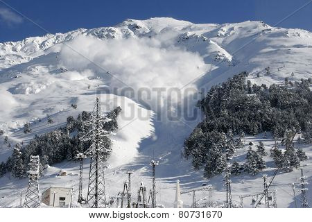 Dry snow avalanche with a powder cloud.
