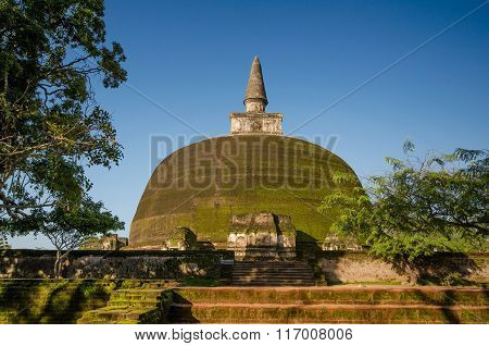 Rankoth Vehera stupa with blue sky.