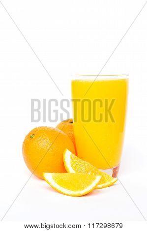 Navel orange juice and slices of orange