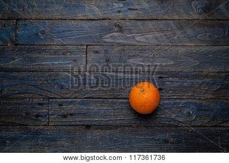 arancia su fondo blu