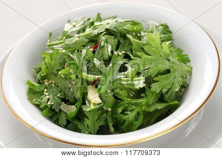 crown daisy salad with sesame